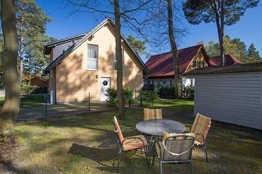 Seitenansicht Ferienhaus mit eingezäuntem Garten