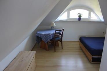 Schlafzimmer/Kinderzimmer mit Doppelbett