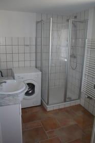 Bad mit Dusch, WC und Waschmaschine
