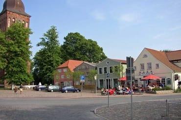 Marktplatz und Kirche von Gingst