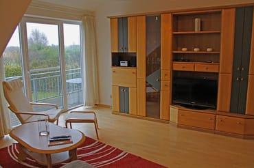 Der Wohnraum mit Wohnzimmerschrank und TV