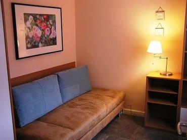 Das zweite Schlafzimmer - oder eine kleine Ruheinsel mit kleiner Bibliothek, die ausreichend Platz für bis zu zwei Personen bietet. Hier findet sich auch ein zweiter Flachbildfernseher.