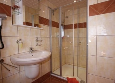 Duschbad mit Fenster Handtuchtrockner Fußbodenheizung