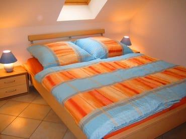 Schlafzimmer mit Doppelbett, Fliegengitter und Verdunklungsrollo