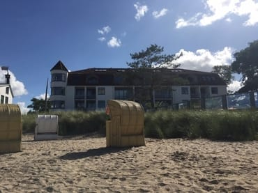 Blick vom Strand auf das Appartementhaus
