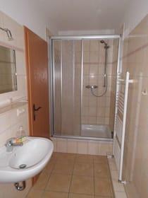 WC Ansicht mit großer Dusche