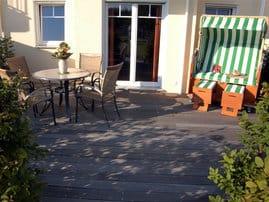 großzügige Terrasse mit eigenem Strandkorb und Wasserblick zur Insel Hiddensee
