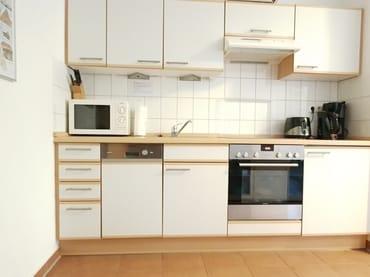 Küchenzeile mit allen notwendigen Küchengeräten