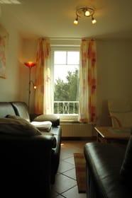 Sicht ins Wohnzimmer mit dem Südfenster