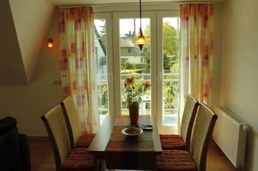 Esstisch mit Blick auf den Balkon / Garten