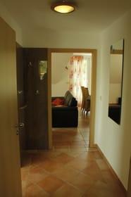 Blick in den Flur und das Wohnzimmer