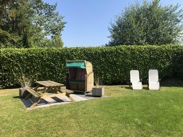 Garten mit Strandkorb und Sitzplätzen