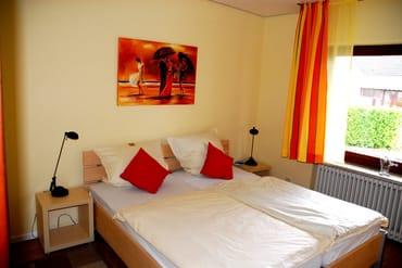 Schlafzimmer mit Doppelbett und 2. TV