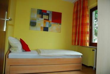 2. Schlafzimmer mit Einzelbett inklusive Gästebettfunktion