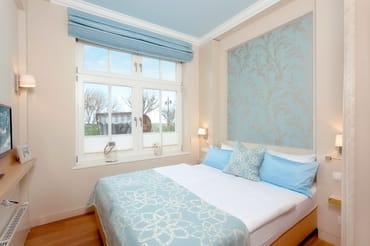 Das Schlafzimmer mit Meerblick lockt ...  mit einem himmlischen Doppelbett mit Überlänge (160x210cm / zwei getrennte Matratzen) und einem Flachbildfernseher sowie einem Bad en Suite.