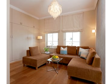Der Wohnbereich ist mit einem Flachbildfernseher, DVD-Player und einer gemütlichen Polstersitzecke ausgestattet, die zum Erholen einlädt.