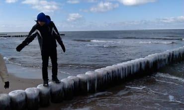 Vereiste Buhnen am Strand im Winter