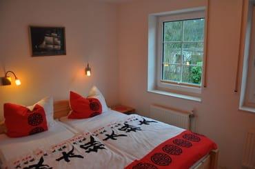 Hellen Schlafzimmer mit Doppelbett, zwei Einzelmatratzen