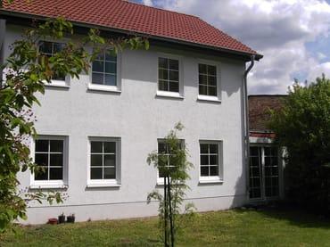 Blick auf Südseite des Hauses und Rasenspielfläche vor dem Haus