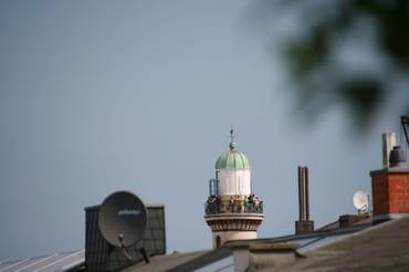 Blick von der Dachterrasse auf den Leuchtturm von Warnemünde