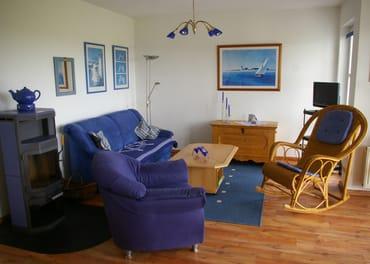 Gemütliches Wohnzimmer mit zusätzlicher Schlafcouch und Kaminofen