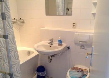 Badezimmer mit (Dusch-) Badewanne