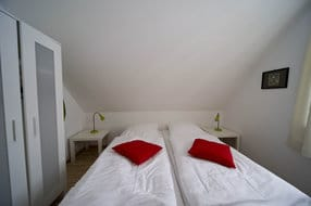 Schlafraum 1, mit 2 Einzelbetten, die auch separat stehen können, Laminatboden