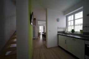 Küchenbereich mit voll ausgestatteter Küche, Laminatboden, 2 Fenstern