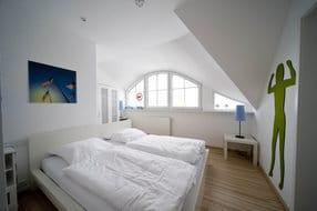 Schlafen 1 mit Boddenblick und separatem Bad mit Eckbadewanne, Laminatboden