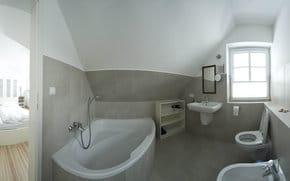 Bad angrenzend an Schlafen 1 mit Eckbadewanne, Bidet, Ablageflächen, Handtuchtrockner, Fön, ausreichend Bade- und Handtüchern, Fußbodenheizung