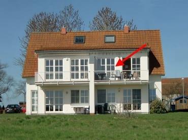 Ferienwohnung im OG mit großem Balkon. Das Haus umgeben von Salzwiesen und Blick auf den Bodden