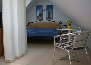 Schlafen im DG, 1 Doppelbett u. Einzelschlafsofa