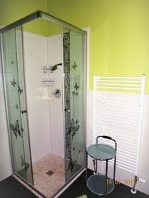 Badezimmer mit Badewanne und Eckdusche
