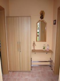 Eingangsbereich, rechts geht es zum Wohn-/Schlafzimmer, links zur Küche sowie Bad
