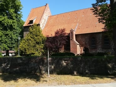 Kirche im alten Ortskern von Koserow