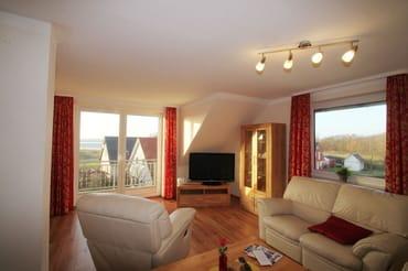 Wohnzimmer mit Balkon und Blick zum Wasser