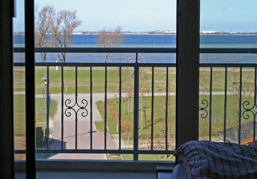 Blick vom Balkon auf das Wasser