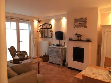 geschmackvoll eingerichtetes Wohnzimmer mit Essecke