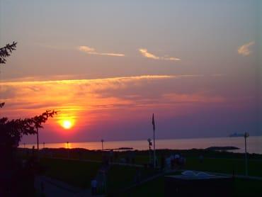 Abendstimmung mit Sonnenuntergang über dem Wasser.