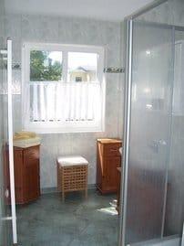 Badezimmer mit flacher Duschwanne