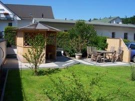 Sitzecke im Garten mit Gartenpavillon