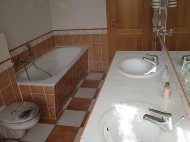 Großes Bad mit Badewanne und Doppelwaschtisch