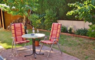 Sitzecke hinter dem Haus für die Nachmittagssonne