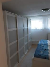 Schlafzimmer mit viel Platz für ihre Kleidung und andere Urlaubsutensilien