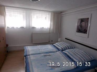 Schlafzimmer mit bequemen Doppelbett im Marinestil am Tag - hell und freundlich