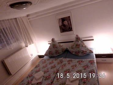 Schlafzimmer mit bequemen Doppelbett