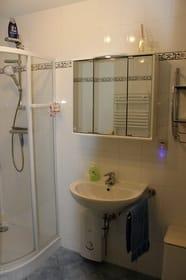 Bad mit Dusche, Waschbecken und WC