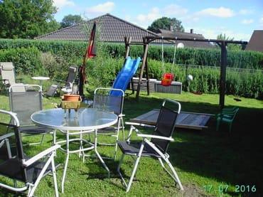 Chillen im Garten und Spass für die Kleinen beim Schaukeln oder Rutschen