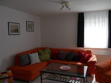 Blick auf die Sitzecke im sonnigen Wohnzimmer