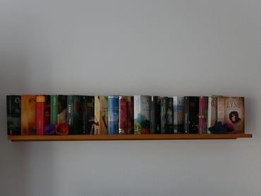 Einige Bücher mit eher leichtem Lesestoff stehen (unter anderem im Wohnzimmer) zu Ihrer Verfügung.